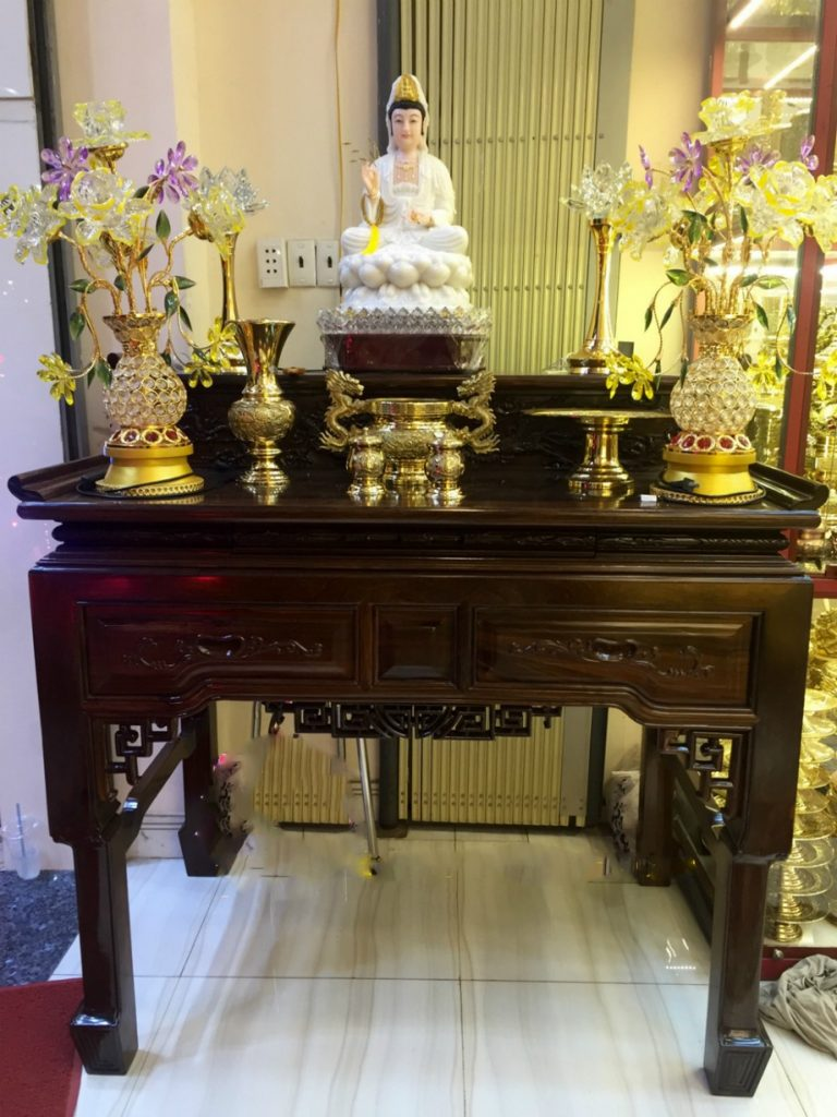 Bàn thờ Quan Âm gồm tượng Phật Quan Âm, lư hương, lọ hoa, nến/đèn, lễ vật chay